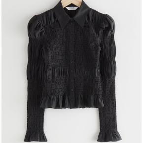 Mega fin smocked skjorte fra Other stories - aldrig brugt, stadigvæk med prismærke🖤 BYD