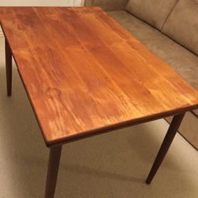 Teak spisebord med hollandsk udtræk. 122x80. 220 cm med plader slået ud. Fint stabilt bord, men er blevet slebet for meget så bordpladen ikke er så pæn!
