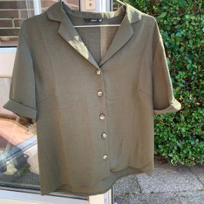 Sælger denne mega fede kortærmede skjorte fra Only, da jeg desværre ikke kan passe den   Den er str xl, men jeg synes den er lidt lille i det  Aldrig brugt, mp 80kr