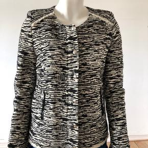 Smuk Iro boucle jakke, model Lizzie. Brugt enkelte gange, er som ny og fejler intet.  Str fransk 38/ medium.  Byttes ikke.