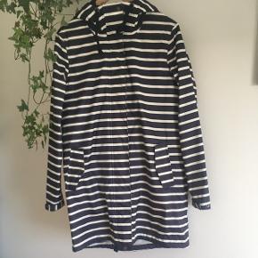 Regnjakke/overgangsjakke med termo indeni som kan tages af hvis det ønskes. Str. Small og fra St. Tropez.  Nypris: 1000kr.