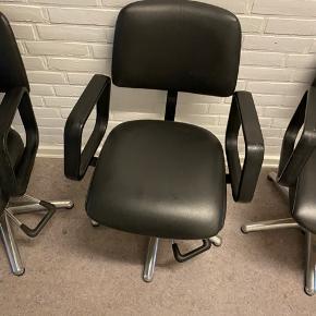 8 stk mega fede frisørstole som kan pumpes højt op.  De fungerer alle godt og man sidder super godt i dem.  De kan evt anvendes som spisebordsstole.   Samlet 4000kr eller enkeltvis 500kr