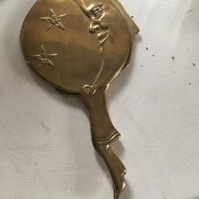 Skønt gammelt hånd spejl i messing. Sælges kun til den rigtige pris. Køber betaler Porto