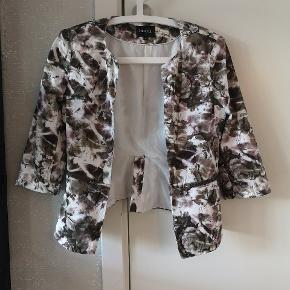 Asymmetrisk kort jakke/blazer.
