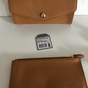 Flot lysebrun pung, købt på mulberry.com for 5 år siden. Har udtageligt etui som ses på det første billede.   Får ikke brugt mere end én pung hvorfor jeg vil sælge denne - prisen er dog fast og jeg sender ikke.