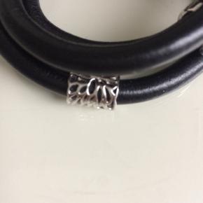 Kranz og Ziegler story armbånd, 55 cm med 3 charms i sølv.