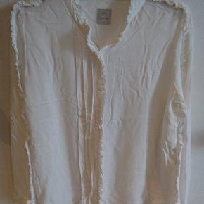 Skjorte med fine detaljer, rigtig flot på. Culture, str. L. Som ny. BYD