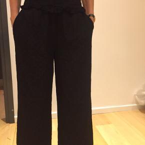 Sorte vide bukser med prikker sort o sort og flæse foroven - som nye