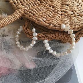 Håndlavet øreringe  Messing og ferskvandsperler,perlerne er helt naturlige og derfor kan de variere i form og størrel Smykkeæske medfølger + 31.95DKK med DAO via Trendsales