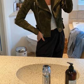 Meotine Ziva suede jacket i armygrøn str. S. Jakken er næsten ikke gået med, ingen slid.  BYD endelig!