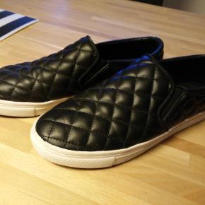 Fede sorte loafers i blødt pulæder. Har også nogle lignende med snakeprint - se min shop