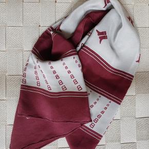 Smukt tørklæde i 100% silke fra luksusbrandet Bally. Købt i en italiensk vintagebutik. Har kun haft det bundet om min taske få gange, derudover er det ubrugt.   Kan afhentes på Frederiksberg eller Østerbro 🌞