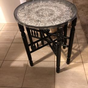 Lille orientalsk bord  Er 48 cm i diameter og er 59 cm højt Meget fin stand