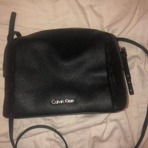 Hej jeg sælger denne calvin Klein taske. Den er brugt et par gange men er stadig i god stand. Nypris 850kr Ellers byd;)