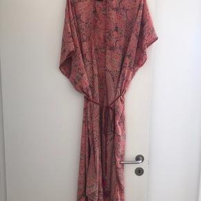 Flot kimono kjole i skønne farver. Lidt stor i størrelse