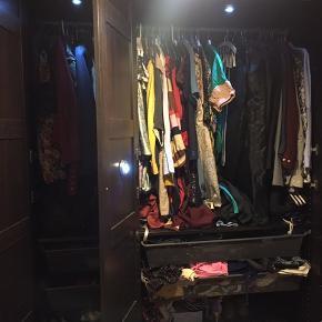 Rigtig lækkert PAX garderobeskab sælges. I mørkebrun træfarve.  Nypris 3.500kr.