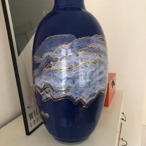 Smuk unik vase 48 cm høj. Kan stå på bordet eller gulvet.