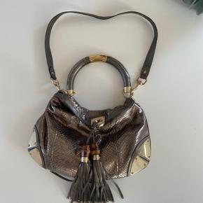 Gucci Indie bag i Python med Metallic effekt. Kan bruges crossbody, over skulderen eller som håndtaske. Dustbag medfølger. Små ridser på metalhjørnerne og lidt tegn på slid på håndtag. Ellers meget velholdt.