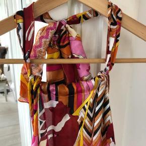 Varetype: Halterneck silke Farve: Multi  100% silke. Bar ryg. Bindes i siden.. For smuk til ikke at blive brugt. Ita str 40. EU 36. Se også mine over 100 andre skønne annoncer