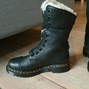 Så flotte Dr. Martens støvler foret, desværre købt i forkert str.  Str 36. Indvendigt mål 23 cm.  Kun været prøvet på indørs. Model  AIMILITA 9 EYE TOE CAP BOOT.  Ingen bytte  Prisen er rimlig  fast+ evt fragt