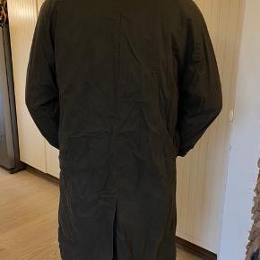Gant Raincoat med aftageligt fore. Str USA small, dvs stor i størrelsen, passe en almindelig medium.  Brugt men fejler intet.  Byttes ikke.