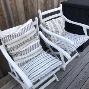Fine hvide havestole med puder til.  Den ene af stolene skal nok have skiftet det ene bånd på et tidspunkt, men kan sagtens bruges endnu.  Begge stole + puder: 350kr