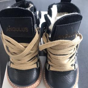 Nye, varme vinterstøvler med snørebånd samt rågummisål.  Måler 12,5 cm  MP: 450,- pp