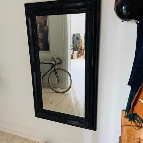 Stort og flot spejl sælges pga. pladsmangel. Spejlet står nærmest som nyt med flotte mønstrede udskæringer i rammen. Spejlet er 146x88 cm. BYD! 😊