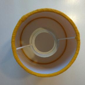 Lille lampeskærm, orange/varm gul Højde ca. 15 cm., bredde nederst ca. 15 cm