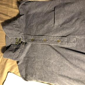 Fremstår super pæn! Ingen fejl eller tegn på slid. Rigtig lækker kvalitet. Lille logo i bunden af trøjen.