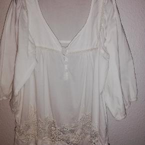 Super smuk feminin skjorte fra Vero Moda. Str. L. Bomuld. Kun haft på få gange. Kan f.eks styles med en tanktop under. Super smuk og meget anvendelig. Perfekt til sommer. 100,- pp med Dao og mobilepay Sender hurtigt