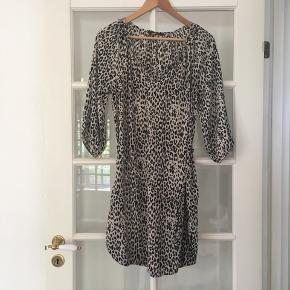 🌸 løs kjole i leopard print str. 36 Aldrig brugt.  Har bånd i livet, så den kan strammes til som man ønsker.   Kan hentes i Odense sv eller sendes mod betaling af Porto :)
