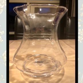 🌸Flot glasvase med bølgede kanter🌸 Måler ca. 20 cm i højden og 16 cm i diameter  Sender gerne mod betaling af porto📦