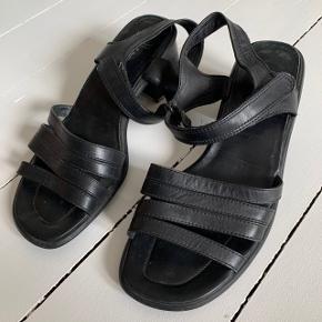Sandaler med hæl fra Ecco i størrelse 7 (svarer til en 40) ☀️  De er i fin stand, men bund-sålen på den ene hæl har fået noget hvidt på sig. Ser ud til at dette er noget, man kan skifte, hvis det er.