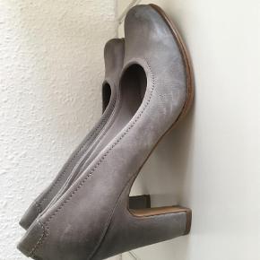 Varetype: Heels Farve: Grå  Så smukke Ecco heels med comfort. Har forkøbt mig på størrelsen - De er str. svarende 41. De er ubrugte i den forstand, at jeg har forsøgt at have dem på et par timer indendøre. Det ses ikke.  Bud fra 400,- pp Sendes med DAO Gerne mobilepay :-)