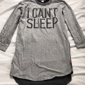 "Smart Molo ""I can't sleep"" natkjole, str 134/140. Gmb - dog løs i halskanten (se det ene billede)  Mp 40pp"