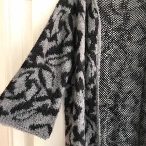 Varetype: Lang Farve: Grå Oprindelig købspris: 600 kr.  Strik cardigan i grå sort strik