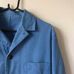 Lækker jakke fra Acne studie.   Der er nogle bitte små pletter på, og prisen sat derefter.   Den er 64 cm lang