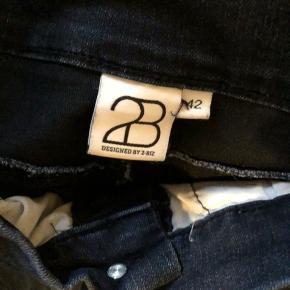 Flotte bukser fra 2biz i str 42 og farven Dark Demin.  Modellen hedder Kaxy og sidder så flot og er hel lang og ikke som mange andre modeller 3/8.  Brugt nogle gange men rigtig fine.