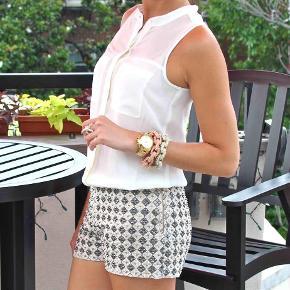 Varetype: Shorts pallietter palietter sequin beige cream beaded Størrelse: 34 Farve: Cream  Sælger disse smukke shorts fra H&M :-)  De sælges for 50 + porto :-)