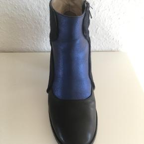 Australsk high-street brand. Str. 39, ponytale og skind kombi. Mørkeblå nuancer og metallic. Hælhøjde:  Super cool! Brugt få gange
