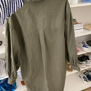 Brugt nogle gange, dog ingen fejl på den💛 god udover bukser 🐶 har mega fine brede ærmer, fitter oversize💘