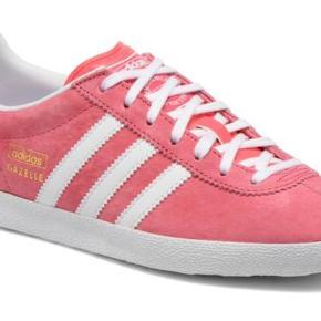 Pink sneakers fra Adidas størrelse 36 2/3 (svarer til 36,5) i modellen Gazelle, nypris var 799 kr.  De er brugt en halv sæson til indendørs badminton og er i rigtig god stand. Meget få brugstegn.  Sælger for 400 kr. plus fragt.