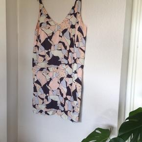 Smuk kjole uden synlige brugsspor.   Afhentes i Aarhus N