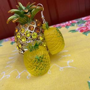 Hvis du kunne tænke dig at købe dette smukke sæt øreringe, eller bare se hvad kanljejewlery har at byde på. Så skal du tjekke 'kanaljejewelry'ud på Instagram   Smykker / håndlavet / øreringe / girlpower / ananas