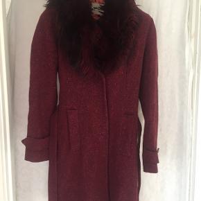 Meget flot frakke, elegant foret, Synes selv den er lidt lille i størrelsen. Pelskraven kan tages af