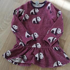 Den fineste kjole fra småfolk med glimmer i stoffet. Datteren kan desværre ikke passe den mere. Brugt 2-3 gange kun, så den er næsten som ny. Pris pp