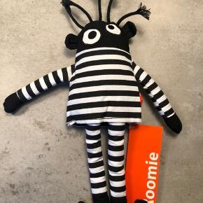 Super sjov Roomie dukke fra RoomMate.  Fængselsfange der måler ca. 37 cm inkl hår.  Pris: 40 kr