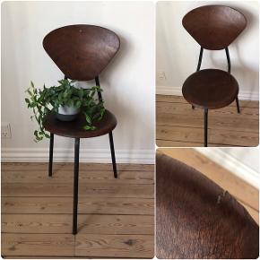 Skøn patineret trebenet stol ❤️❤️❤️ Pris 200,- kr.