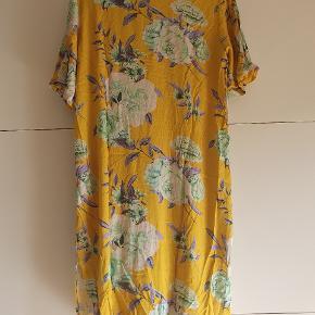 Kjole fra Echte, som kun har været prøvet på. Den måler 106 cm fra skulder til kant.